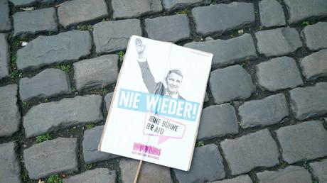 Ein Plakat von AfD-Gegnern während einer Demonstration in Köln, im Rahmen des AfD Parteitags; Deutschland, 22. April 2017.
