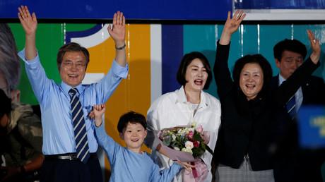 Moon Jae-in, neugewählter Präsident Südkoreas, mit seiner Frau Kim Jong-sook (rechts), seiner Tochter und seinem Enkelsohn während seiner Kampagne in Seoul, Südkorea; 8. Mai 2017.