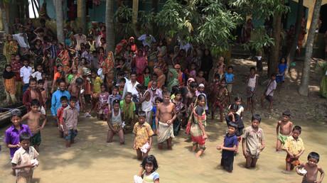 Menschen warten auf Hilfsmittellieferungen, Sylhet; Bangladesch, 30. Juni 2012.