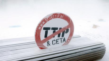 Tausende hatten immer wieder demonstriert, Millionen unterzeichneten Bürgerinitiativen gegen die transatlantischen Handelsabkommen TTIP und CETA. TTIP schien auf Eis, könnte aber unter anderem Namen wieder aufgewärmt werden.