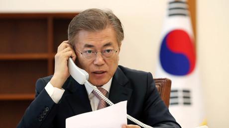 Moon Jae-in in einem Telefongespräch mit Xi Jinping im Blauen Haus (südkoreanischer Präsidentenpalast), Seoul; Südkorea, 11. Mai 2017.