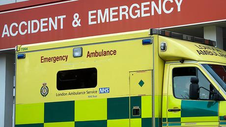 Krankenwagen an einem Krankenhaus in London