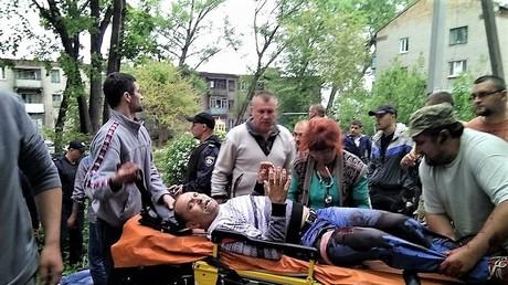 Der angeschossene Taxifahrer in der ostukrainsichen Stadt Kamenki wird von den Rettungskräften weggetragen.