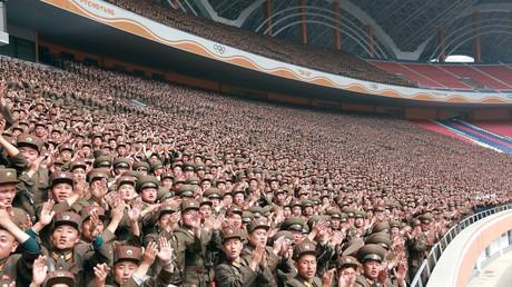 Mitglieder der nordkoreanischen Armee bejubeln ihr Regierungsoberhaupt Kim Jong-un; Nordkorea, 13. Mai 2017.