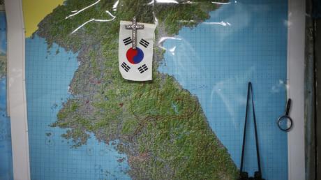 Wandkarte des nordkoreanischen Deserteurs Lee Min-bok, der sich nach einer Wiedervereinigung von Nord- und Südkorea sehnt. Über seiner Heimat Nordkorea hat er daher die südkoreanische Flagge und ein Kreuz befestigt; Südkorea, 15. Oktober 2014.