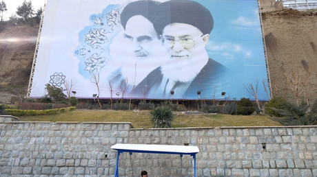 Iranische Jugendliche unter einem Bild von Ayatollah Ruhollah Khomeini (links) und Ayatollah Ali Khamenei in einem Park in Teheran; Iran, 30. April 2017.