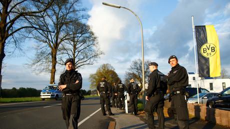 Bei dem Anschlag auf den BVB-Bus wurde der Spieler Marc Bartra  am rechten Unterarm schwer verletzt. Ein Polizist, der auf einem Motorrad den Bus begleitete, erlitt ein Knalltrauma und einen Schock.
