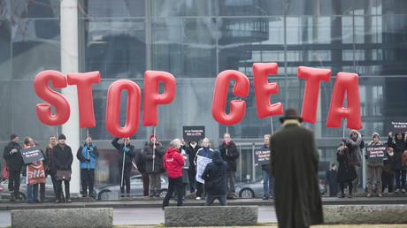 CETA-Gegner protestierten im Februar dieses Jahres vor dem Bundeskanzleramt in Berlin.