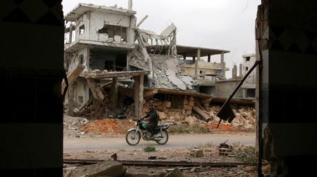 Symbolbild: Ein Motorrad-Fahrer zwischen zerstörten Gebäuden in der von Dschihadisten gehaltenen Stadt Deraa; 23. April 2017.