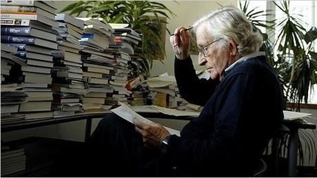 In den 1960er Jahren begann Chomsky, sich in der Öffentlichkeit stärker politisch zu artikulieren. Auslöser war unter anderem auch der Vietnamkrieg.