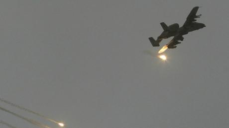 Symbolbild - US- Erdkampfflugzeug A-10 fliegt einen Angriff im Irak, April 2003