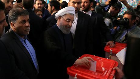 Der iranische Präsident Hassan Rouhani bei der Stimmabgabe.