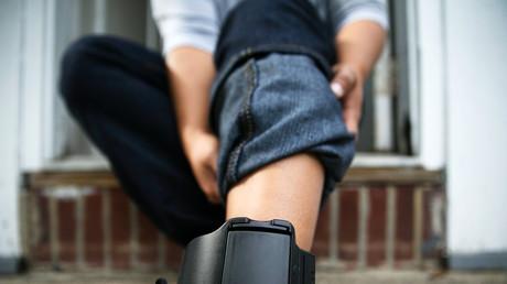 Eine elektronische Fußfessel ist mit einem Sender ausgestattet, der unter ständigem Funkkontakt mit einer Station steht. Empfängt die Station kein Signal, weil der Sender sich außerhalb ihrer Reichweite befindet oder zerstört wurde, meldet sie über das Telefonnetz Alarm an die überwachende Behörde.