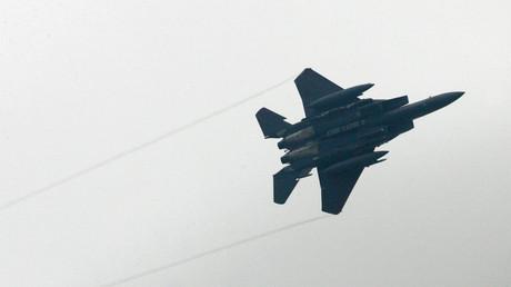 Symbolbild: Ein US-Kampfjet bei einem Einsatz im Irak. Im Nachbarland Syrien nimmt die US-geführte Anti-IS-Koalition auch die Gegner des