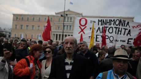 Griechen demonstrieren gegen weitere Sparmaßnahmen, von denen insbesondere Rentner betroffen sein werden.