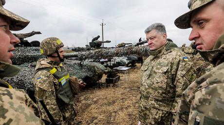 Kiew schickt modernisierte T-80-Panzer in den Donbass. Auf dem Bild: Der ukrainische Präsident Petro Poroschenko besucht den von Kiew kontrollierten Teil des Gebiets Lugansk. 12. April 2017