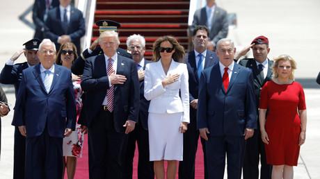 US-Präsident Donald Trump (2. von links) und die First Lady Melania Trump (3. von links) mit dem israelischen Premierminister Benjamin Netanjahu (2. von Rechts) und seiner Frau Sara, sowie der neue US-Botschafter Israels, David Friedman, am Flughafen Ben Gurion nahe Tel Aviv;  Israel 22. Mai 2017.