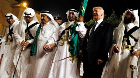Bei seinem Staatsbesuch in Saudi-Arabien schwingt US-Präsident Trump das Tanzbein mit dem saudischen König Salman bin Abdulaziz Al Saud (3 von links).