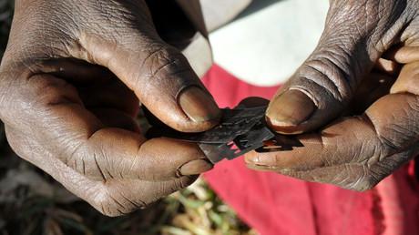 Genitalverstümmelung wird an Mädchen und Frauen vom Säuglings- bis ins Erwachsenenalter vorgenommen, in den meisten Fällen vor Beginn oder während der Pubertät. Sie ist mit starken Schmerzen verbunden, kann schwere körperliche und psychische Schäden verursachen und führt nicht selten zum Tod.