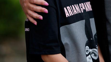 Ein junges Mädchen nach dem Anschlag von Manchester mit einem T-Shirt der Sängerin Ariana Grande. Ein Angriff auf die westliche Kultur? Manchester, 23. May  2017.