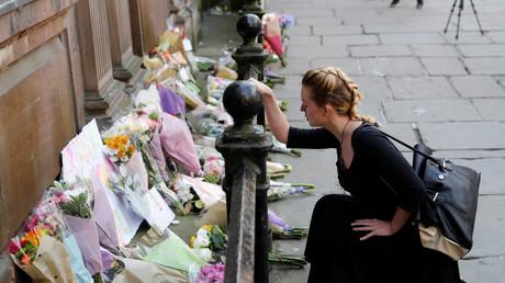 Vor der Manchester Arena werden die ersten Blumensträuße als Ausdruck der Trauer niedergelegt.