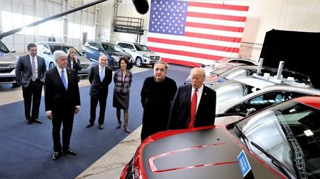 Wird er sich auch vor der US-Justiz verantworten müssen? Der Fiat Chrysler-Chef Sergio Marchionne mit dem US-Präsidenten Donald Trump im Amerikanischen Zentrum für Mobilität am 15. März 2017.