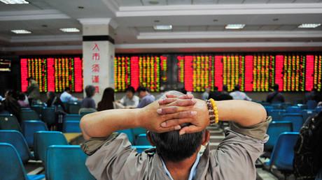 An den Börsen verloren chinesische Aktien leicht an Wert und der Yuan gab zum Dollar nach. Spätere Stützungskäufe der Regierung retteten den Aktienindex Shanghai Composite jedoch in letzter Minute wieder ins Plus.