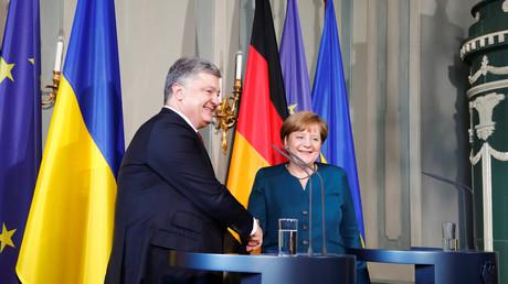Petro Poroschenko mit Angela Merkel am 20. Mai nach ihrer Zusammenkunft in Meseberg am 20. Mai.