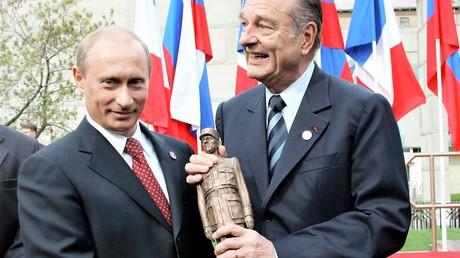 Die Beziehungen des russischen Präsidenten Wladimir Putin und des französischen Präsidenten  Jacques Chirac galten als ausgesprochen gut. Auf dem Bild: Bei der Einweihung des Denkmals an Carles de Golle in Moskau am 9. Mai 2005 in Moskau.