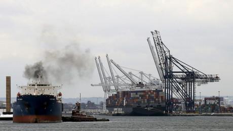 Ein Frachtschiff ankert im Hafen von New York, 29. Januar 2016