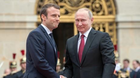 Wladimir Putin bei seinem Frankreich-Besuch mit dem neuen französischen Präsidenten Macron