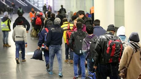 Flüchtlinge an der Zentralstation in Rostock auf dem Weg nach Schweden; 4. November 2015.