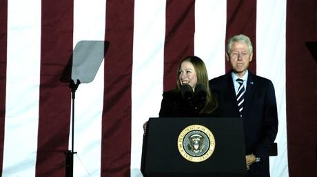 Chelsea Clinton neben ihrem Vater Bill Clinton während einer Wahlkampfveranstaltung für Hillary; Philadelphia, USA, 8. November 2016.