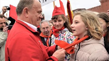 Der langjährige Chef der Kommunistischen Partei Russlands (KPRF) Genniadij Zjuganow nimmt auf dem Roten Platz Schüler in die Pioniere auf. Datum: 21. Mai 2017.