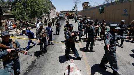 Polizisten sperren den Ort des Anschlags in Kabul ab. Laut dem Politikanalysten Hekmatullah Azamy sind häufig Regierungsbeamte an Anschlägen in Afghanistan beteiligt.