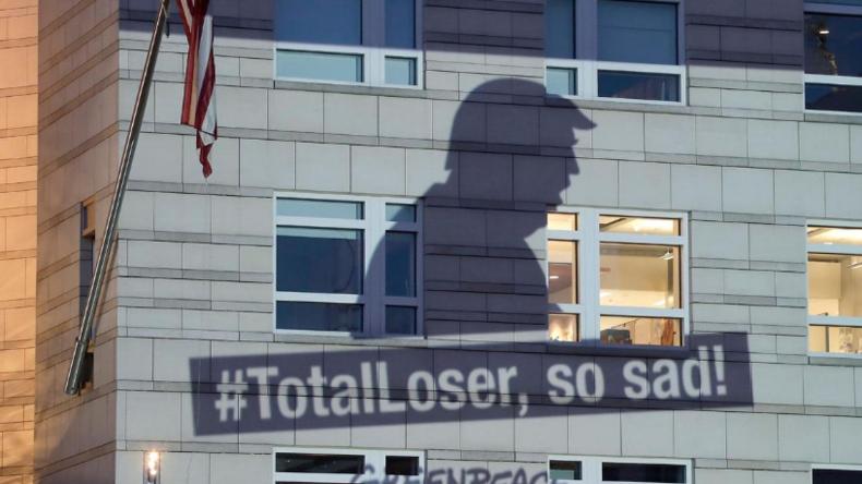 Umweltschützer demonstrieren nach Trump-Entscheidung vor US-Botschaft in Berlin