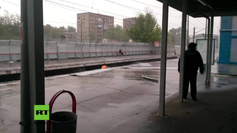 Jahrhundertsturm in Moskau: Straßenreiniger wird zum Netz-Helden