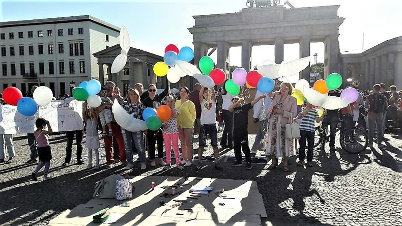 Gedenken an die Kriegsopfer im Donbass am Brandenburger Tor am Internationalen Kindertag