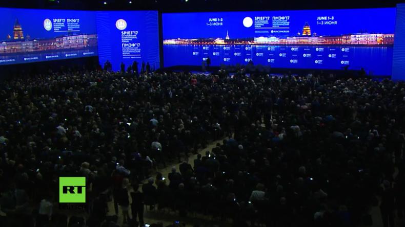 Live aus St. Petersburg: Putin, Modi und Kern bei Plenarsitzung [mit deutscher Simultanübersetzung]