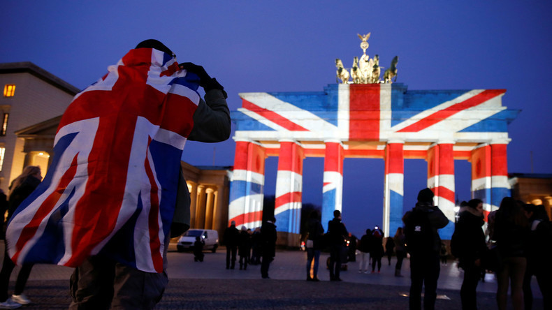 Berlin: Brandenburger Tor in britischen Nationalfarben angestrahlt