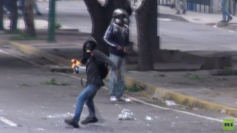 Venezuela: Bei Zusammenstößen zwischen Polizei und Protestlern in Caracas fliegen Molotow-Cocktails