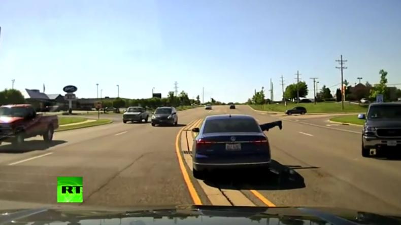 Actionfilmreife Rettung: Mann rettet mit Kopfsprung durchs Autofenster PKW-Fahrer das Leben