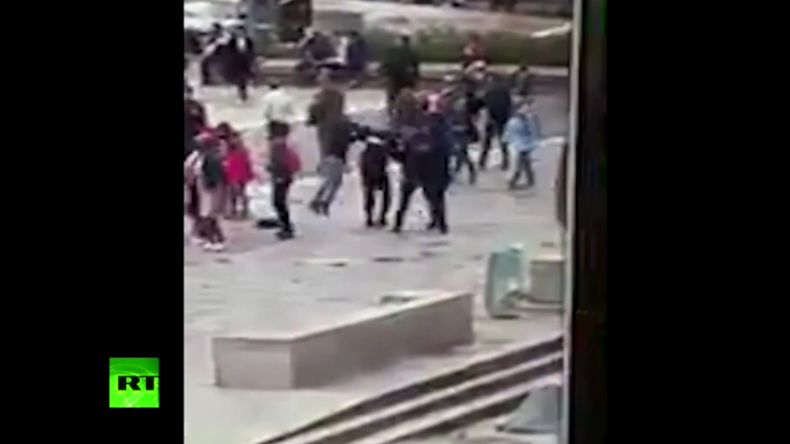 """""""Das ist für Syrien"""" - Video von Hammerattacke auf Polizisten in Paris"""