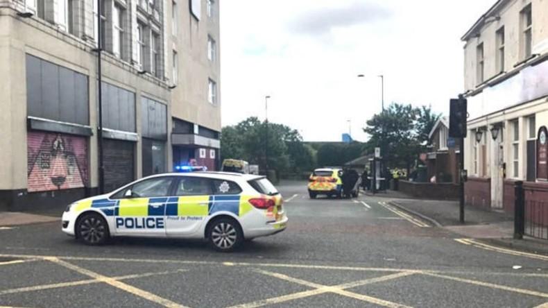 Mit Messer bewaffneter Mann nimmt Geiseln in Newcastle – Situation unter Kontrolle