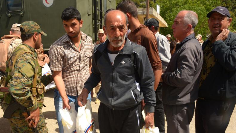 Russische Militärs überreichen humanitäre Hilfe an Kriegsinvaliden in Latakia