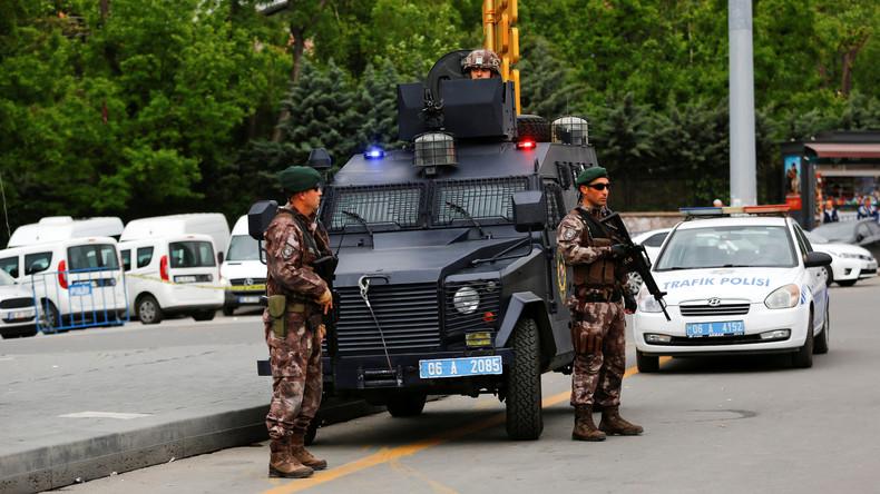 Türkische Polizisten verhaften in Istanbul 18 Terrorverdächtige
