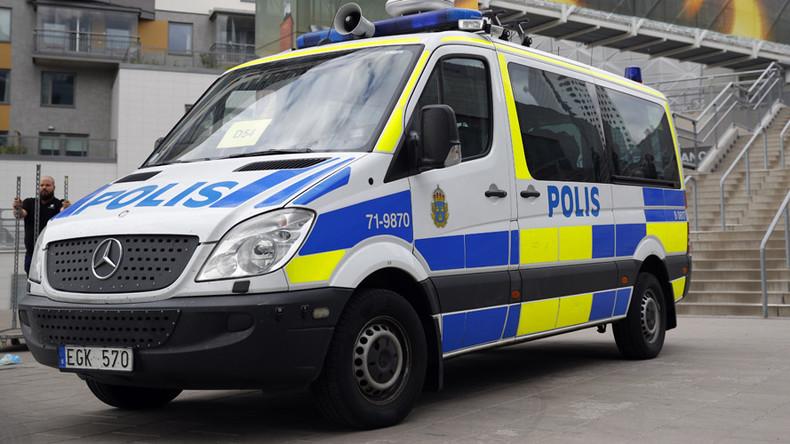Stockholm: Fahrer lenkt Laster in Autos, ein Verletzter  (FOTO, VIDEO)
