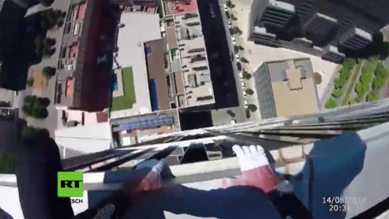 Schwindelerregendes Video: Mann klettert ohne Sicherung die Fassade eines Wolkenkratzers hoch