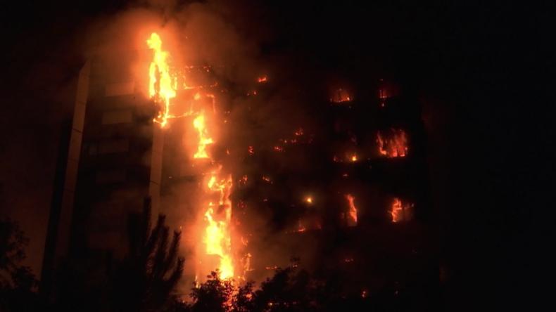 Video-Updates: Dramatische Szenen bei Großbrand in Wohnhaus - Feuerwehr sucht nach Überlebenden