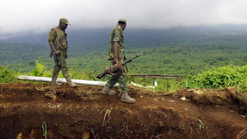 Kämpfer einer Miliz im Kongo legen Waffen nieder